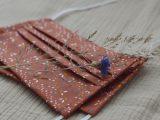 Terracotta mondkapje met stipjes en blaadjes